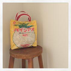 大人気のお菓子の袋リメイクを、もっと可愛く、もっと高クオリティに作っちゃおう!お菓子ポーチの裏地の付け方、既製品も顔負けのお菓子ノートなどをご紹介します♪ Paper Shopping Bag, Upcycle, Diy And Crafts, Bags, Recycling, Instagram, Decor, Ideas, Handbags