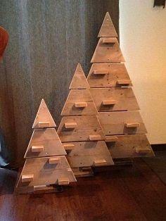 Ein Weihnachtsbaum aus Bauholz. Verschönern Sie Ihr Wohnzimmer während der Weihnachtszeit.