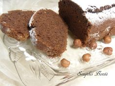 Ecco un plumcake al cacao e nocciole facile da preparare , fatto con pochi ingredienti semplici , senza burro , senza latte e senza uova , nonostante questo è molto buono , perfetto inzuppato nel latte o accompagnato da un the o un caffè , potete anche arricchirlo con gocce di cioccolato per renderlo goloso . Ecco la ricetta :