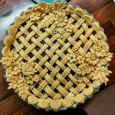 Lattice and flowers Pie Dessert, Dessert Recipes, Beautiful Pie Crusts, Pie Crust Designs, Pie Decoration, Good Pie, Pie Crust Recipes, Cookies, Just Desserts