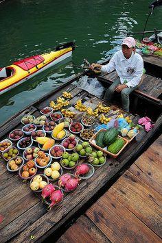 Floating Market in Ha Long Bay, Vietnam Vietnam Voyage, Vietnam Travel, Asia Travel, Food Travel, Laos, Traditional Market, Ha Long Bay, Destination Voyage, Vietnamese Recipes