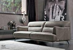 Le curve sinuose di SLY ti sorprenderanno. Il #design è armonioso e la seduta accogliente. Nella foto SLY #divano 3 posti in pelle Ulissa 967 seppia. Scopri di più: www.doimosalotti.it #leathersofas #divanipelle