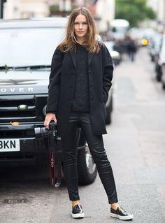 A calça de couro é perfeita para deixar o seu look ainda mais sexy e super feminino.