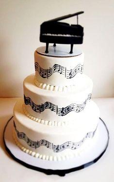 Kue tar berhiaskan nada musik dan juga miniatur piano di atasnya.