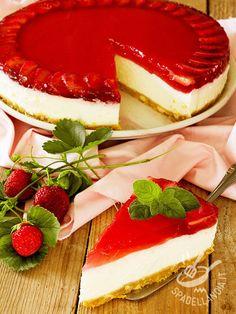 Cheesecake and strawberry jelly - La Torta di ricotta e gelatina di fragole è un dolce fresco, sfizioso, dal gusto delicato e amabilmente cremoso. Senza cottura in forno.