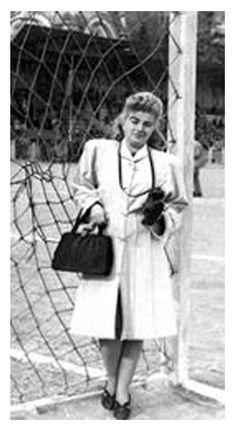 """Eleni Küreman-Eleni Küreman Türkiye basınının ilk profesyonel kadın foto muhabiridir. """"Sadece bir tek ben flaşsız fotoğraf çekebiliyordum. Çünkü benim Leica'm vardı."""" Doğum Tarihi: 1921 Doğum Yeri: İstanbul Ölüm Tarihi: 16/07/2001 Ölüm Yeri: İstanbul Mezarı: Şişli Rum Ortodoks Mezarlığı Istanbul Turkey, Pioneer Woman, Bmw M5, Old Photos, Past, Black And White, History, People, Photography"""