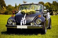 Ein Käfer als Hochzeitsauto sieht schon schön aus. Hier wurde als Autodeko ein Herz aus gelben Rosen verwendet. #autodeko #autoschmuck #brautauto