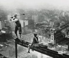 Playing golf on a skyscraper, 1932 64 Historical Pictures you most likely haven't seen before. # 8 is a bit disturbing! - Playing golf on a skyscraper. Rare Historical Photos, Rare Photos, Vintage Photographs, Famous Photos, Old Pictures, Old Photos, Random Pictures, Lewis Wickes Hine, Photos Rares