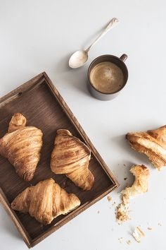 Buttery, flaky croissant perfection that you can make at home. Amaze yourself with these easy and delicious homemade croissants. Think Food, Love Food, Cafe Rico, Café Chocolate, Aesthetic Food, Breakfast Time, Breakfast Photo, Recipe Of The Day, Coffee Time
