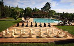 La piscina e gli scacchi agriturismo la rombaia