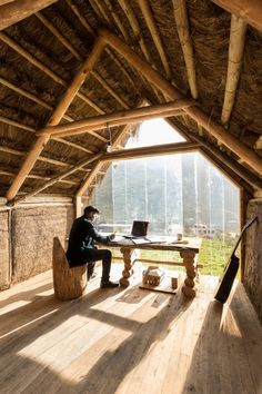 David Guambo a construit lui-même Kusy Kawsay, une petite hutte sur pilotis avec un toit de paille et une charpente en bois, nichée à flanc de colline à Sucre, en Équateur.  Son nom se traduit par la vie passionnée de Kichwa, un dialecte du quechua, une langue utilisée dans la région andine. Guambo, étudiant en architecture à l'Universidad Tecnológica Indoamérica à Ambato, en Équateur, a conçu et construit ce petit espace de travail pour lui-même afin de travailler tout en écoutant de la...