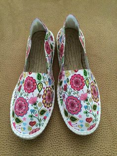 alpargata tejido elástico flores, piso de yute y cosido amano, horma recta Pretty Shoes, Beautiful Shoes, Cute Shoes, Me Too Shoes, Espadrilles, Shoe Boots, Heeled Boots, Hand Painted Shoes, Kinds Of Shoes