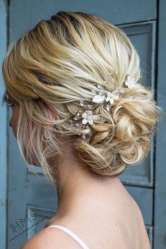 Mother Of The Bride (or Groom) Hairstyles / 2020 Guide] ★ mother of the bride hairstyles curly low bun on blonde hair hairandmakeupbysteph Mother Of The Bride Hair Short, Mother Of The Groom Hairstyles, Mom Hairstyles, Braided Hairstyles Updo, Wedding Hairstyles, Bridesmaid Hair Updo, Prom Hair Updo, Short Hair Updo, Groom Hair Styles