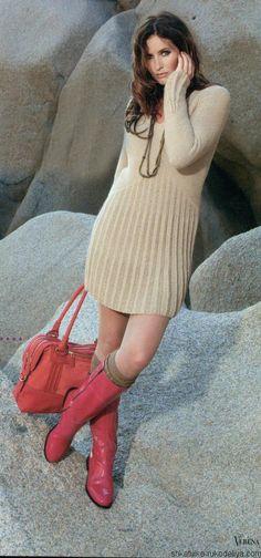 Короткое вязаное спицами платье с плиссированной юбкой. Достойная модель платья для офиса. Воспользуйтесь описанием и схемами для вязания.…
