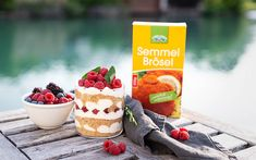 Topfen Himbeer Trifle mit LAND-LEBEN Semmelbrösel Dessert, Small Glass Jars, Mint, Raspberries, Life, Simple, Recipies, Deserts, Postres