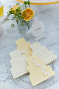 www.KUCHENmitSTIL.at - The finest Pastry - Sweet dessert table yellow wedding cake cookies Foto: Marie Bleyer Fotografie