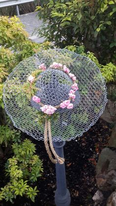 Wire hat decorated with small roses Chicken wire crafts, garden crafts, metal . Garden Crafts, Garden Projects, Art Crafts, Yard Art, Chicken Wire Crafts, Welding Crafts, Metal Garden Art, Metal Art, Garden Whimsy