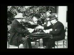 Primeiros filmes exibidos em 1895 pelos irmãos Lumière. Em todos eles só existe um plano, não existindo montagens nem movimento da câmara. O observador posiciona-se perante a cena como um observador tradicional.
