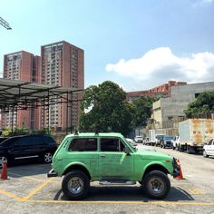 Niva 1600 #lada #russiancar #niva #morninautos #soloparking #chivera #4x4 #offroad (at Los Dos Caminos, Caracas.)