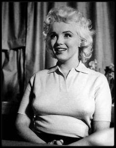 8 Avril 1955 / Marilyn participa à une émission de télévision en direct  « Person to person », animée par Edward R. MURROW sur CBS. L'émission avait été soigneusement préparée pendant des semaines de travail intense, en dépit de l'ambiance décontractée qui semblait régner sur le plateau. Le tournage eut lieu chez les GREENE dans leur maison de Weston, Connecticut. Marilyn traversa une crise d'angoisse avant l'émission, car elle pensait que son maquillage trop léger et ses vêtements trop…