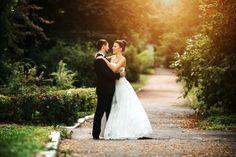 casal recém-casado olhando nos olhos um do outro Foto gratuita