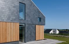 Efficiency and durability are highly demanded in sustainable architecture. Natural materials such as natural slate provide long-life and energy-efficient buildings, with significant advantages according to the inhabitants wishes. Rainscreen Cladding, Roof Cladding, Exterior Wall Cladding, House Cladding, Wood Facade, Cladding Systems, Timber Cladding, Facade House, Facade Architecture