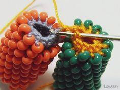 hapishane işi örgünün birleştirilmesi hapishane işi örgü olarak yapılan örülerde tesbih kolye bileklik yapmamız mümkün. doğru tekniği uyguladığımızda çok güzel çalışmalar meydana çıkıyor. mollleri çoğaltmak elimizdeiki ucunu birleştirmek için yapmaız gereken püf noktalar Bead Crochet Rope, Crochet Bracelet, Knit Crochet, Beaded Crochet, Beaded Bracelets Tutorial, Diy Bracelets Easy, Beading Patterns, Crochet Patterns, Japanese Patchwork