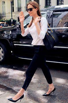 Angelina Jolie look com calça preta alfaiataria e camisa branca com scarpin