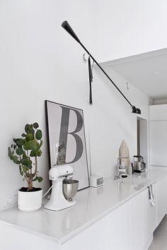 White Scandinavian kitchen. Musta ovi blog