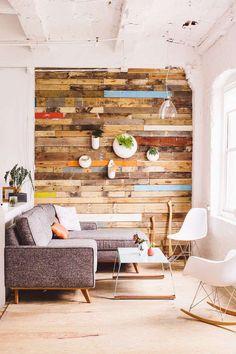 45 salas de estar pequenas para se inspirar e projetar a sua. Detalhe para a parede de madeira rústica e colorida.