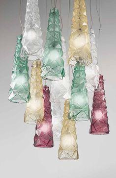 Lampada a sospensione in vetro sfaccettato satinato. In vendita da Fanluce (Fano) Lava Lamp, Chandelier, Table Lamp, Ceiling Lights, Lighting, Design, Home Decor, Houses, Candelabra