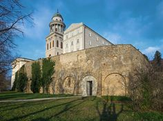 Image 10 of 20 from gallery of New Visitor Entrance, Benedictine Archabbey Of Pannonhalma / CZITA Architects. Photograph by Tamás Czigány Contemporary Architecture, Ankara, Barcelona Cathedral, Places To See, Entrance, Mansions, World, House Styles, Gallery