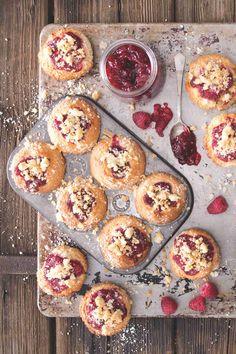 Vypadají jako malé kynuté koláčky, ale jsou mnohem lepší! Díky podmáslí vydrží dlouho vláčné, tedy pokud je nesníte na posezení... Ice Cream, Cupcakes, Breakfast, Sweater, Food, No Churn Ice Cream, Morning Coffee, Cupcake Cakes, Jumper