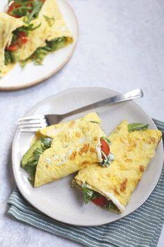 Gevulde omelet met roomkaas en avocado