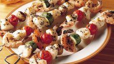 Acompañado con verduras sanas, este marisco servido en forma de pincho, es la mejor idea para la parrillada en el patio de tu casa.