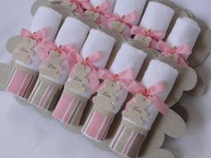 Lembrancinha Toalhinha De Mãos Urso Rosa | Débora Radtke | Elo7 Diy And Crafts, Crafts For Kids, First Communion Favors, Baby Shower Souvenirs, New Project Ideas, Baby Hamper, Towel Crafts, Christmas Signs Wood, Birthday Favors