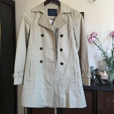 "Zara Basic Classic Trench Coat Pale khaki color, comes with a removable belt. There's a hidden hook that fastens the collar all the way up. Length: 31"". Two of the buttons have some thread coming off, but they are not the ones used to close the coat. Zara Jackets & Coats Trench Coats"