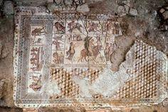 Vista cenital del mosaico de Écija. En él se aprecian diversas escenas mitológicas relacionadas con los amoríos de Zeus.