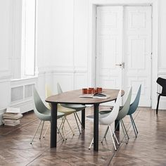 The Drop chair was designed in 1958 by world-famous designer Arne Jacobsen for the longstanding furniture manufacturer Fritz Hansen. Fritz Hansen, Dining Room Furniture, Dining Chairs, Dining Table, Room Chairs, Ypperlig Ikea, Table Saarinen, Chair Design, Furniture Design