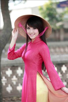 A #Vietnamese lady in Ao Dai and Non La