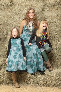 Madre e hijas, para un evento de día en un rancho o hacienda.