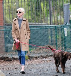 Tendencias verano 2013 trench coats abrigos lluvias - Anne Hathaway