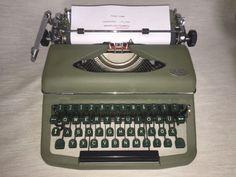 Eine sehr gut erhaltene Reiseschreibmaschine der Marke Royal Modell «Diana»,Royal Schreibmaschinen GmbH Nürnberg, Seriennummer 13184, um 1952.Die Schreibmaschine funktioniert reibungslos und befindet sich in einem gepflegtengebrauchten Zustand mit altersbedingten Gebrauchsspuren. Farbband ist mit dabei.Maße mit Koffer ca. 37,0 cm x 3060 cm x 18,0 cm / Geweicht ca. 8,4 kg