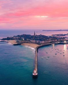 Saint-Malo in Bretagne is gewoonweg prachtig Photo: Bruno Maltor Brittany France, Voyage Europe, Mont Saint Michel, French Countryside, Beautiful Places To Travel, Wanderlust, Travel Abroad, Adventure Is Out There, France Travel