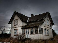 """この家はアーケシュフース、ノルウェーの暗い空の下で座っています。 ブリットMは言った: """"私は小さなコテージに出くわした私の多くの森林旅行の1つに。 それは私が感じたちょうど同じよ..."""