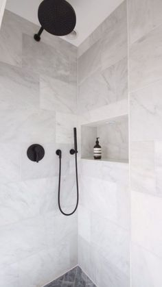 Black and White Bathroom Design . Black and White Bathroom Design . A Contrasting Black and White Bathroom Echoes the Floor Black Marble Bathroom, Grey Bathrooms, Marble Tiles, Marble Tile Shower, White Tile Shower, Herringbone Marble Floor, Carrara Marble Bathroom, Marble Wall, Bathroom Tile Designs