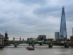 Tag 2 startet grauer, kühler und windiger. Wir machen uns auf den Weg in die City. Über die Millenium-Bridge mit Ben Wilson's Street Art  au... #london #england