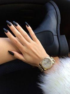 sehr schicke dame mit einem nageldesign in schwarz