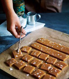 Hemlagat julgodis som får det att vattnas i munnen! Godaste recepten på smörkola, fransk nougat, chokladtryffel och mycket mer.