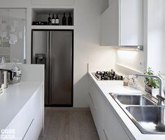 Quasi nascosto, il frigo side by side non porta via spazio in quanto è incsato in quella che sembra una nicchia a parete.